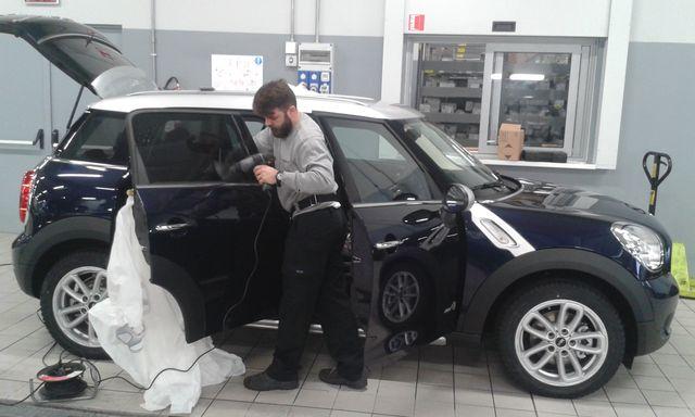 Meccanico che ripara i vetri di una macchina a Lurate Caccivio