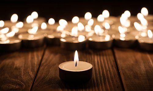 Primo piano de una piccola candela