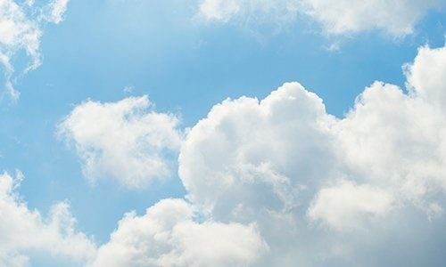 Nubi bianche nel cielo blu