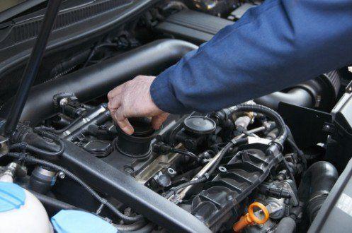 meccanico che controlla motore
