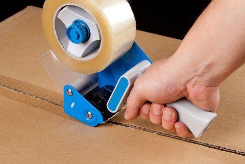 mano con dispenser nastro adesivo automatico