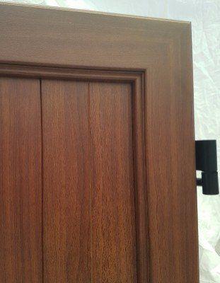 una porta in legno scuro