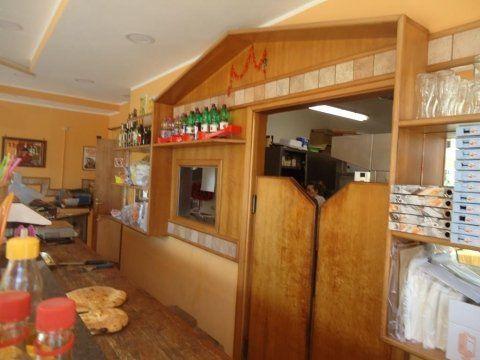 una porta in legno a due ante dell'entrata alla cucina
