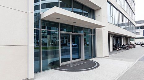 Porta di un nuovo edificio per uffici contemporaneo