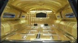 interno di carro funebre d'oro