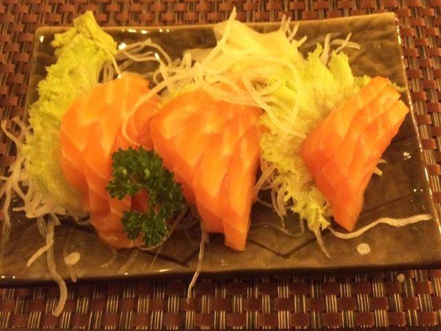 un piatto di salmone con broccoli e insalata