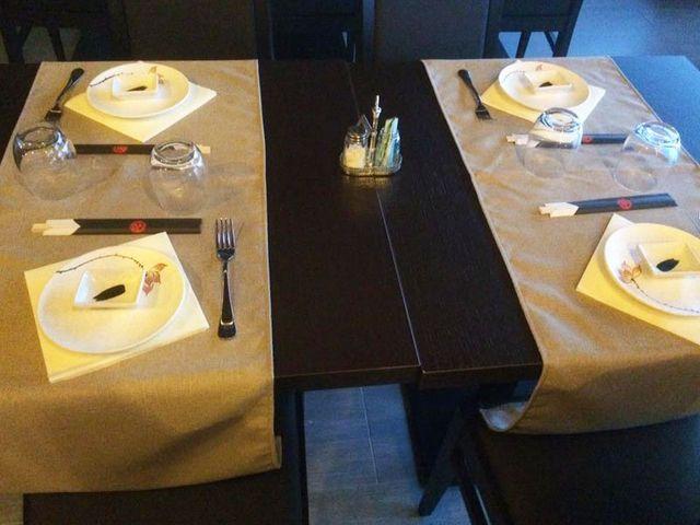 una tavola apparecchiata con due tovagliette gialle una di fronte all'altra e al centro sale,pepe e stuzzicadenti