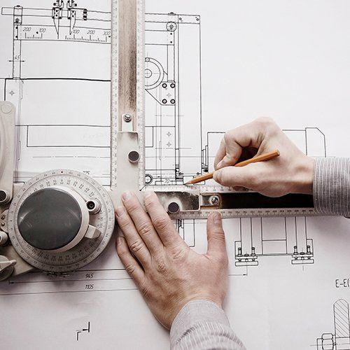 geometra che realizza una progettazione edile