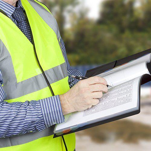 L'ispettore edile controlla i dati nel cantiere