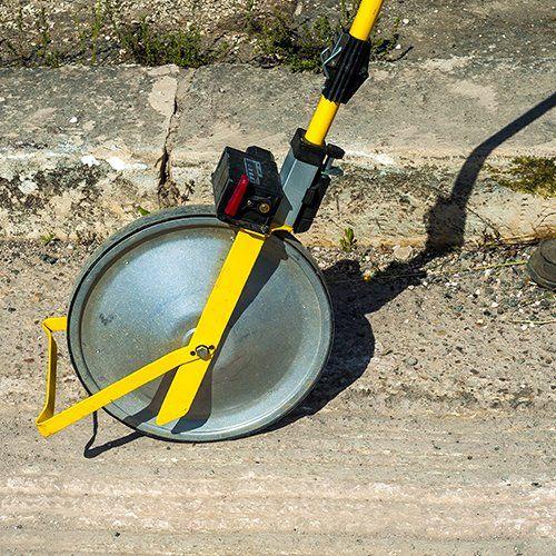 L'odometro nel cantiere per misurare la lunghezza dello scavo della minitrincea
