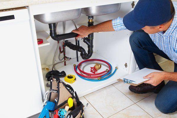 idraulico specialista che ripara una perdita