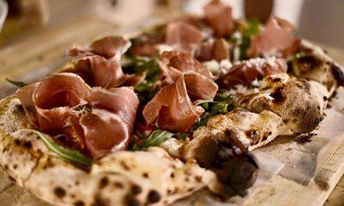 una pizza rustica con mozzarella e basilico