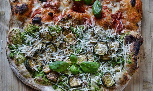 una pizza con salumi e rucola