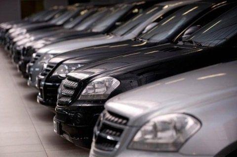 Fila di auto in vendita