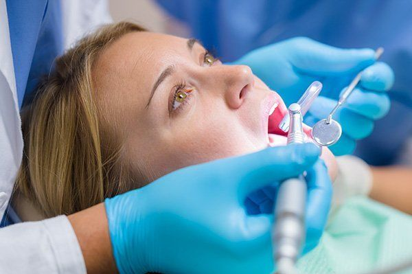uan donna mentre si sottopone a un intervento dentistico