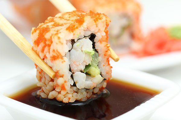 roll sushi sul piatto bianco-Quarrata