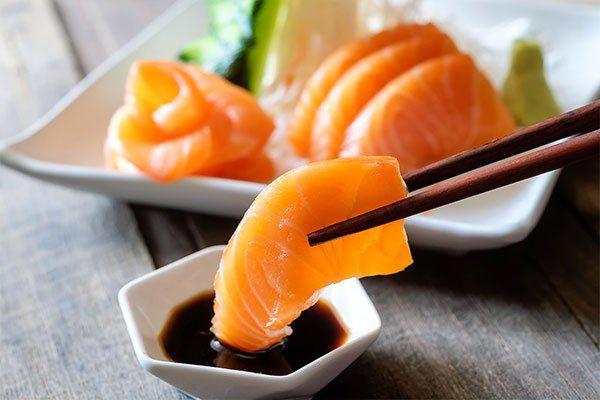 bacchette sashimi e wasabi sul tavolo di legno