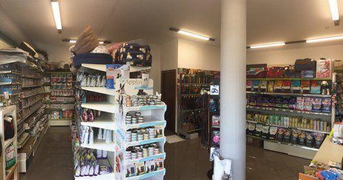 negozio con scaffali con cibo e accessori per animali domestici