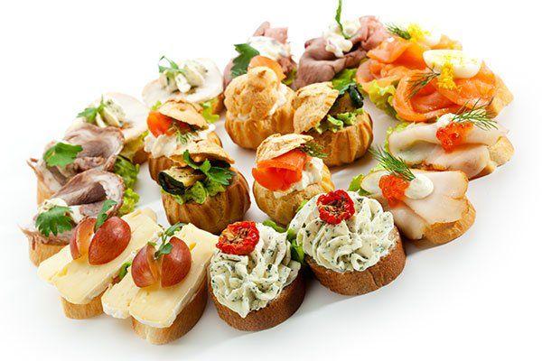 delle bruschette con salumi, formaggi e pomodorini