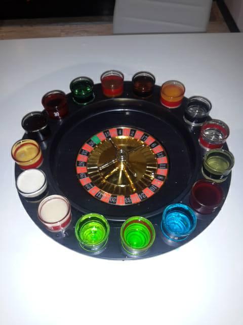 un roulette con dei bicchieri di liquori