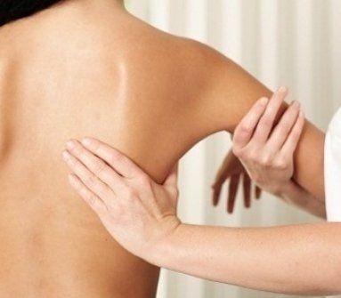 mani che tirano la spalla di una donna