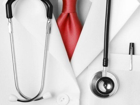 un camice bianca e un stetoscopio