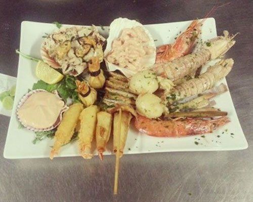 Primo piano di un piatto assortito di frutti di mare con gamberetti,granchio, vongole,gamberone