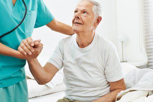infermiera tiene la mano di un anziano