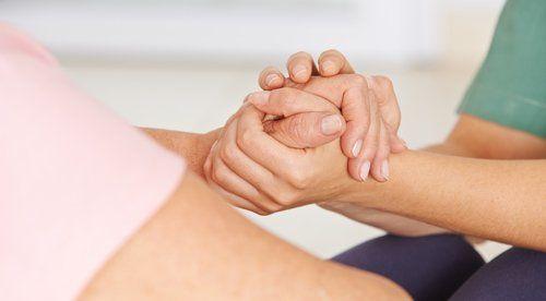 infermiera che tiene la mano di una persona
