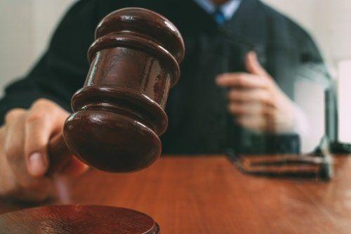 un giudice con un martello di legno in mano