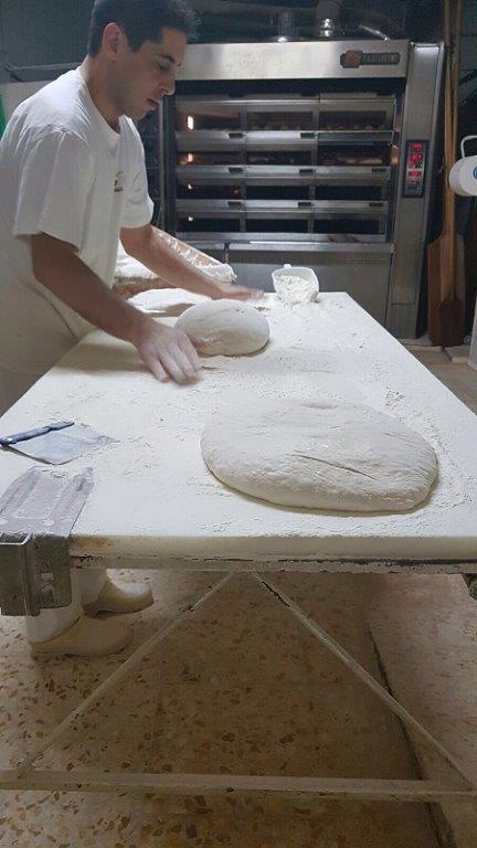 ragazzo che prepara il pane