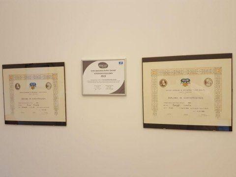 Dei quadri con delle certificazioni a muro