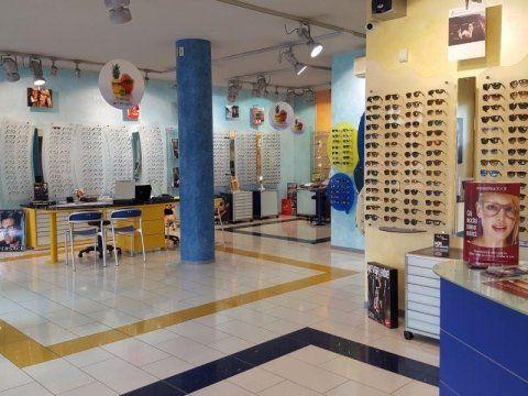 Negozio di Ottica con occhiali esposti su dei pannelli