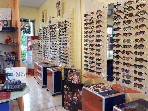 Degli occhiali da sole esposti sui pannelli all'interno del negozio