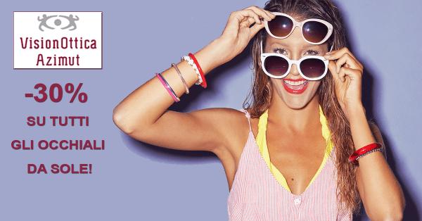 Una ragazza che indossa due paia di occhiali da sole e la scritta meno 30% su tutti gli occhiali da sole