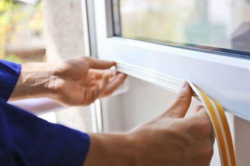 Operai proteggendo una finestra di colpi