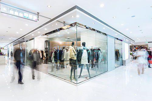 Pareti di vetro di un negozio di moda