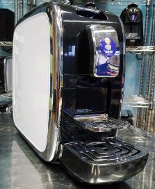 Una macchina da caffè nera e bianca