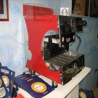 una macchina del caffè da bar rossa in acciaio