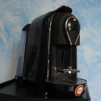 una macchinetta del caffè nera