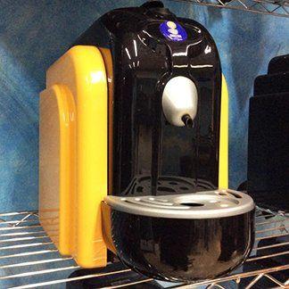 una macchinetta del caffè nera e gialla