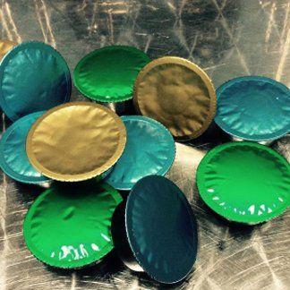 delle cialde da caffè color verde ,oro e verde smeraldo