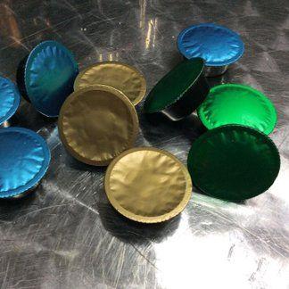 delle cialde da caffè color oro,verde e blu