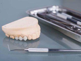 protesi dentale  con attrezzi