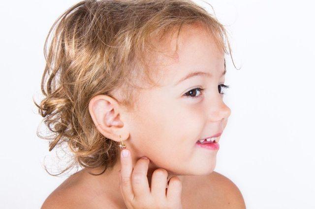 Una bambina bionda con un orecchino
