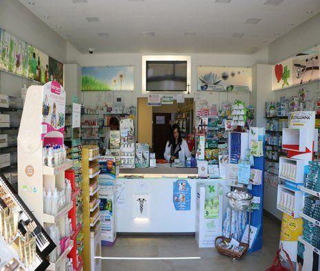 vista frontale di farmacia