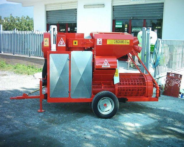 un macchinario rosso con delle  ruote