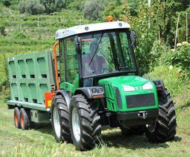un trattore verde con un rimorchio