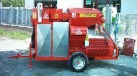 un macchinario arancione con delle ruote