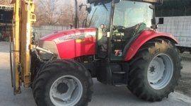 un trattore rosso visto lateralmente